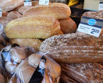 VERS GEBAKKEN BROODJES EN STOKBROOD