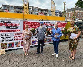 Prijswinnaars op de Markt : Blije gezichten in het centrum van Veenendaal vandaag.