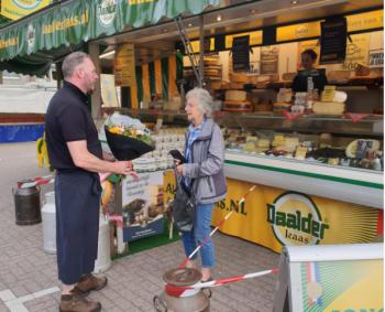 50 jaar klant bij Daalderkaas op de markt Veenendaal (het Bruineplein)