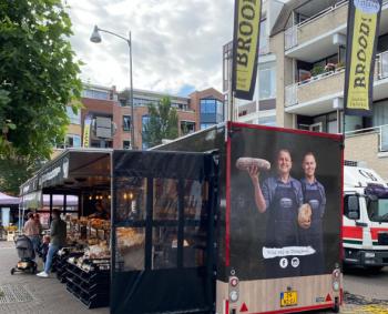 Een splinternieuwe verkoopwagen voor bakkerij 't Stoepje op de dinsdagmarkt